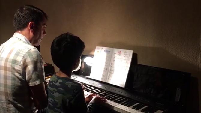 """Aarush tocando """"Broadway Star"""" a dúo con su tutor"""